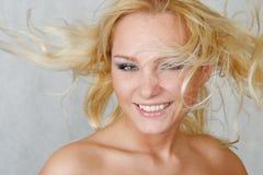 Mulher atrativa com cabelo fly-away Fotos de Stock