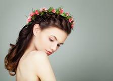 Mulher atrativa com cabelo saudável longo no cinza imagens de stock royalty free