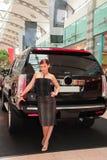 Mulher atrativa com carro. fotos de stock