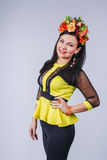 Mulher atrativa com a coroa das flores no estilo do outono Imagem de Stock