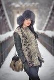 Mulher atrativa com o tampão preto da pele e o waistcoat cinzento que aprecia o inverno Ideia frontal do levantamento moreno eleg fotos de stock royalty free