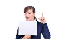 Mulher atrativa com papel em branco Fotografia de Stock Royalty Free