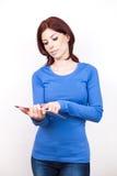 Mulher atrativa com PC da tabuleta imagens de stock