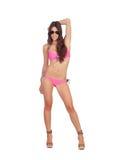 Mulher atrativa com roupa de banho e os óculos de sol cor-de-rosa Imagens de Stock Royalty Free