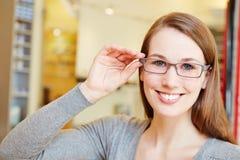Mulher atrativa com vidros novos imagem de stock royalty free