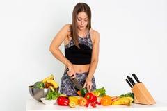 A mulher atrativa da aptidão, treinou a laranja cuting do halterofilista seguro atlético fêmea da jovem mulher do poder do ajuste fotos de stock