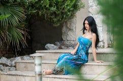Mulher atrativa da forma com o vestido longo azul fotografia de stock