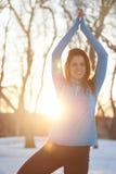 Mulher atrativa da raça misturada que faz a ioga na natureza no tempo de inverno imagem de stock