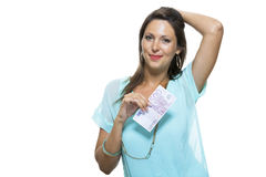 Mulher atrativa de sorriso que guarda 500 o Euro Bill Foto de Stock Royalty Free