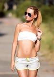 Mulher atrativa do ajuste no sportswear que treina fora Imagem de Stock