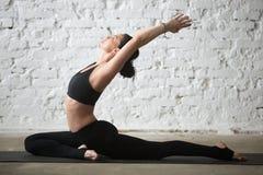 Mulher atrativa do iogue novo na única pose do pombo, backgrou do sótão imagens de stock royalty free