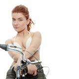 Mulher atrativa do redhead com bicicleta fotografia de stock