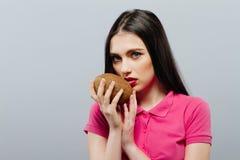 Mulher atrativa dos termas com coco Foto de Stock Royalty Free