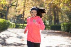 Mulher atrativa e feliz do corredor no sportswear do outono que corre a imagens de stock