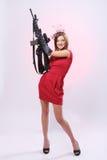 Mulher atrativa e 'sexy' do espião com espingarda de assalto Foto de Stock