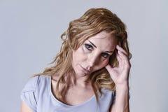 Mulher atrativa em seus anos 30 tristes e deprimidos olhando a câmera na amargura Imagens de Stock Royalty Free