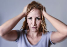 Mulher atrativa em seus anos 30 tristes e deprimidos olhando a câmera na amargura e no sofrimento Imagem de Stock Royalty Free