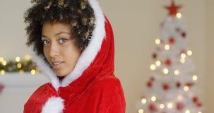 Mulher atrativa em um cabo vermelho de Santa com capa imagem de stock royalty free