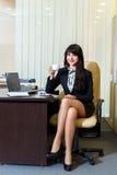 mulher atrativa em um café bebendo da saia curto no escritório imagens de stock royalty free
