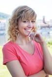 Mulher atrativa em uma camisa cor-de-rosa fora em um rio foto de stock royalty free