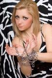 A mulher atrativa estica para fora suas mãos nas correntes Imagem de Stock Royalty Free