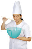 Mulher atrativa feliz do cozinheiro Fotos de Stock Royalty Free