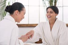 Mulher atrativa feliz que mostra seu anel de noivado imagem de stock royalty free