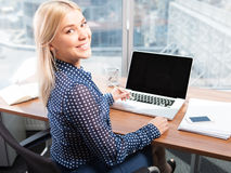 Mulher atrativa loura que usa o portátil Imagem de Stock