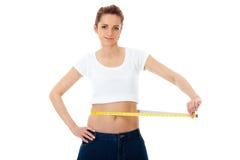A mulher atrativa mostra-lhe o jeand enorme velho, dieta Fotografia de Stock