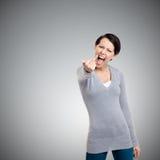 A mulher atrativa mostra um sinal ordinário do dedo Foto de Stock Royalty Free