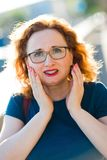 Mulher atrativa na dor repentina do dente do sentimento da rua foto de stock royalty free