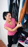 Mulher atrativa na frente do armário completamente da roupa Fotografia de Stock