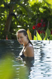 Mulher atrativa na piscina exterior foto de stock royalty free
