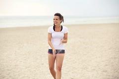 Mulher atrativa na praia que tem o divertimento Fotografia de Stock Royalty Free