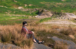 Mulher atrativa nas ervas daninhas Fotos de Stock Royalty Free