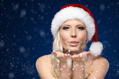 Mulher atrativa no beijo dos sopros do tampão do Natal Fotografia de Stock Royalty Free