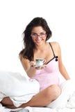 Mulher atrativa no café da oferta da cama Foto de Stock