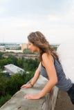 Mulher atrativa no telhado Imagens de Stock
