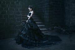 Mulher atrativa no vestido preto fotografia de stock royalty free