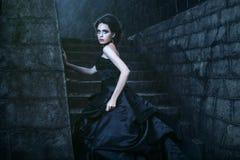 Mulher atrativa no vestido preto fotografia de stock