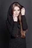 Mulher atrativa nova com cabelo louro escuro longo, lindo e grandes olhos azuis Imagens de Stock