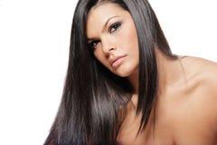 Mulher atrativa nova com cabelo preto longo. Imagem de Stock