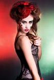 Mulher atrativa nova com composição bonita em cores verdes e vermelhas no chapéu vermelho no disfarce Imagem de Stock Royalty Free