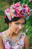 Mulher atrativa nova com a coroa das flores Fotografia de Stock