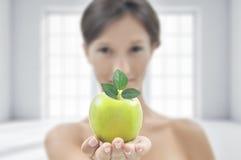 Mulher atrativa nova com maçã verde foto de stock