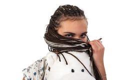 Mulher atrativa nova com tranças africanas Fotografia de Stock