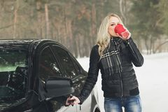 Mulher atrativa nova com um copo da bebida quente Fotografia de Stock