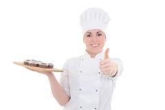Mulher atrativa nova do cozinheiro no uniforme com th dos queques do chocolate Imagens de Stock Royalty Free