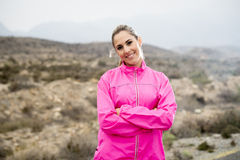 A mulher atrativa nova do esporte em revestimento running que levanta com a atitude desafiante esfria Foto de Stock Royalty Free