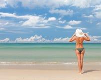 Mulher atrativa nova para relaxar na praia do mar foto de stock